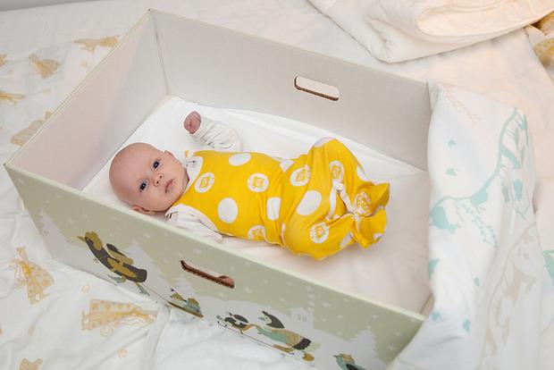 В Киеве перестали выдавать новорожденным бейби-боксы