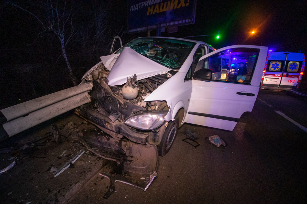 Ужасное ДТП на Столичном шоссе - отбойник насквозь прошил микроавтобус