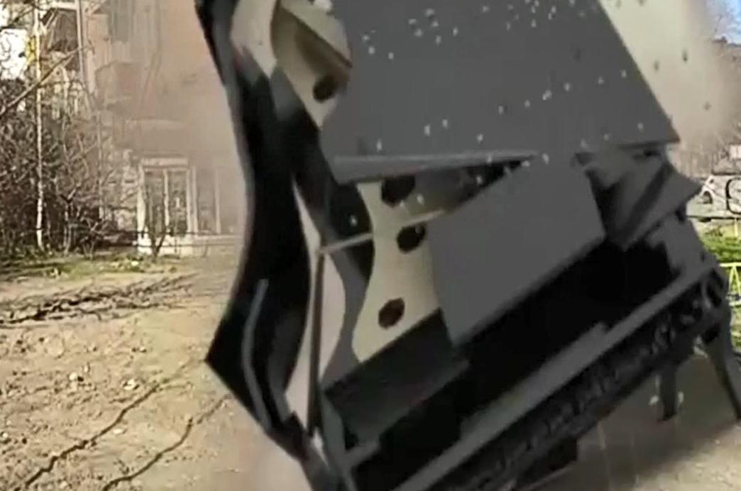 С крыши жилого дома неизвестные сбросили огромное пианино