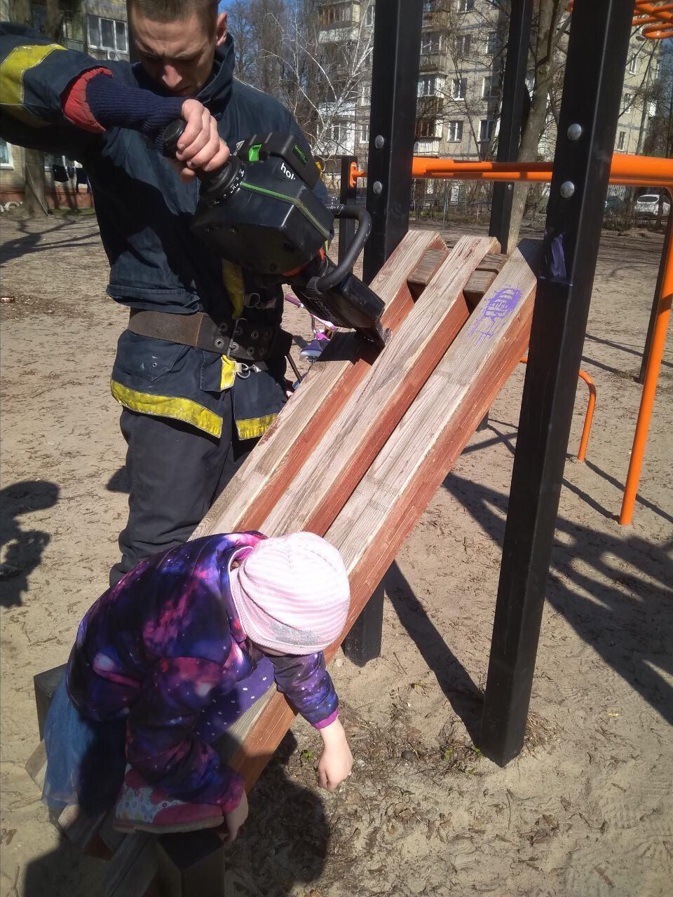 Опасные детские площадки: пострадала девочка