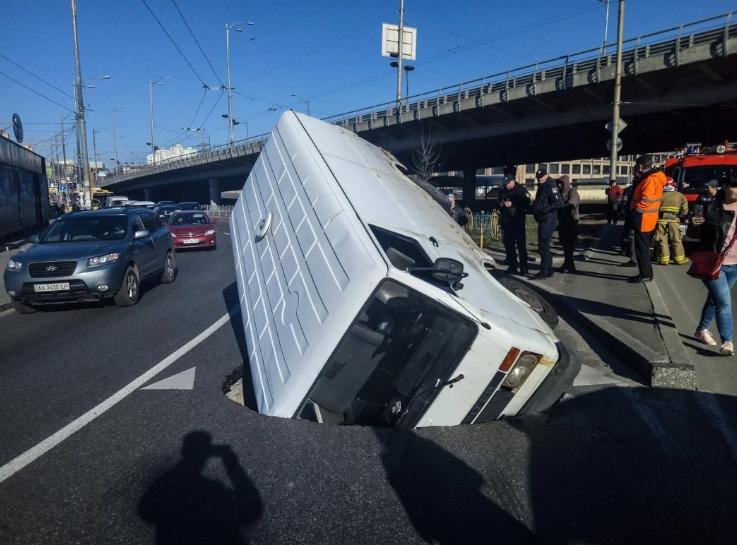 В Киеве микроавтобус провалился под землю во время движения