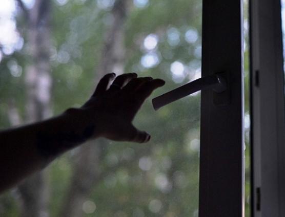 На Троещине 15-летний подросток вышел в окно из-за наркотиков