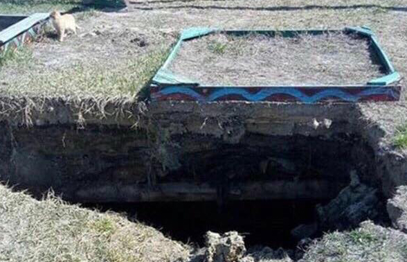 Под Киевом детская площадка ушла под землю