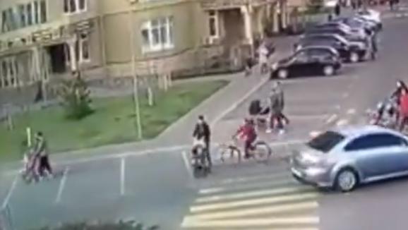 Под Киевом женщину с ребенком сбил велосипед