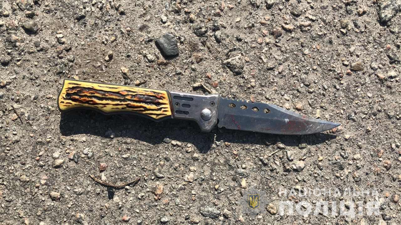 На Киевщине пьяный дедушка из-за земли порезал ножом односельчанину лицо