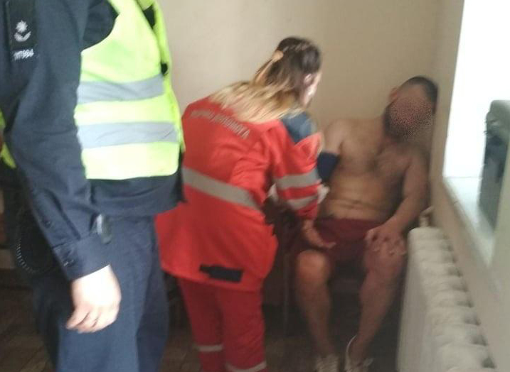 Под Киевом полицейские не позволили неадекватному мужчине выпрыгнуть из окна