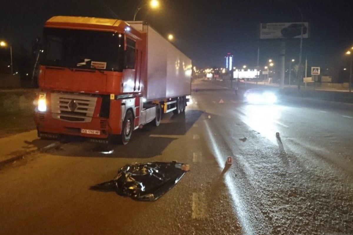 Ночью в Киеве фура раздавила пьяную женщину