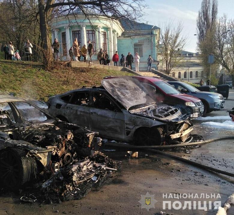 На Владимирском спуске неизвестный в балаклаве сжег автомобили