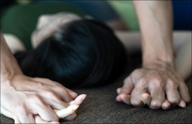 На Оболони неизвестный мужчина напал на девушку и изнасиловал ее за гаражами