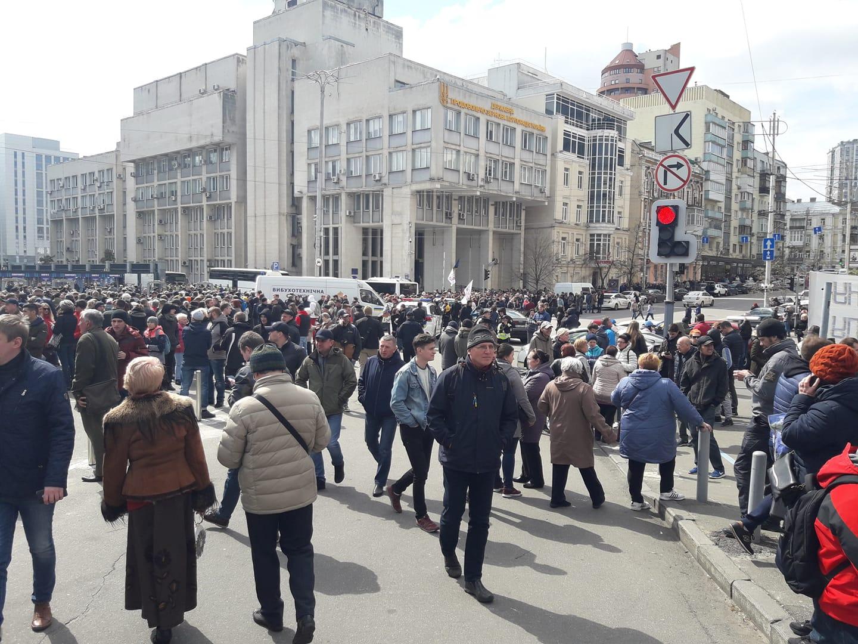 """Тысячи киевлян пришли на стадион """"Олимпийский"""", чтобы послушать выступление Порошенко"""