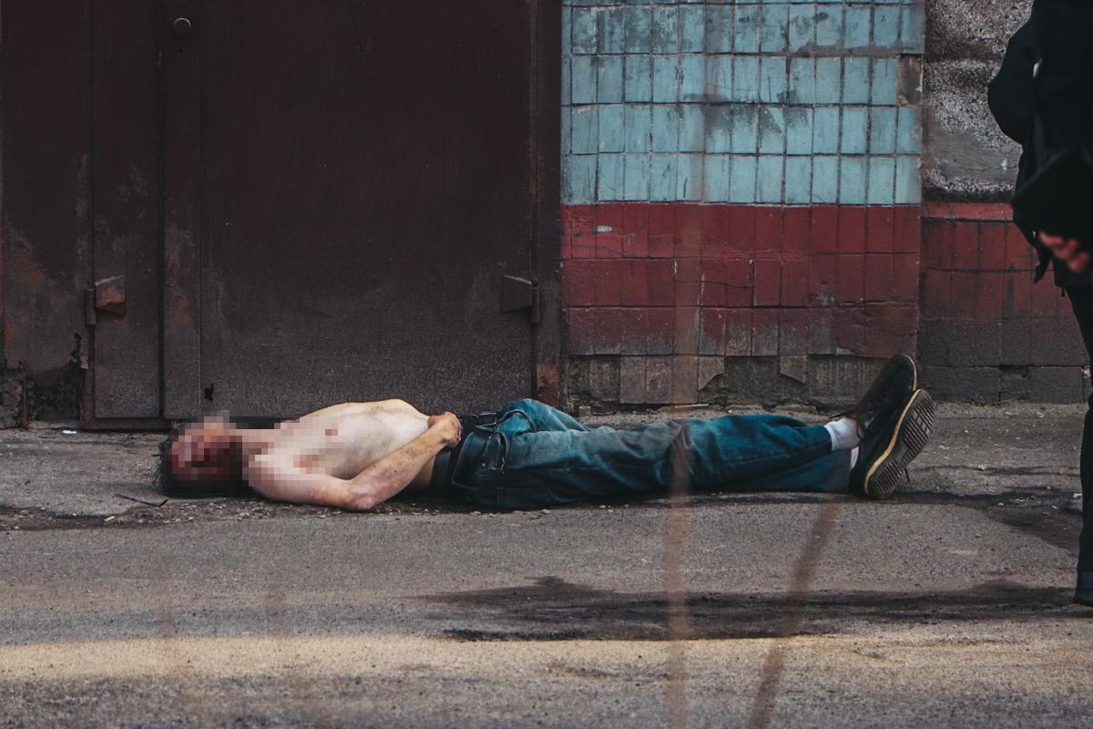 На проспекте Победы мужчина выпал с лестничной площадки и разбился насмерть