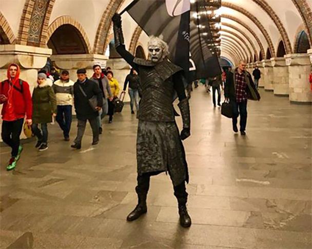 """В Киевском метрополитене заметили """"Белых ходоков"""" из популярного сериала"""