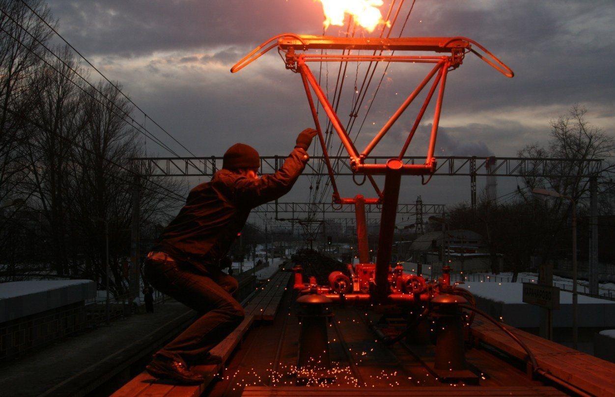 Под Киевом мужчину до неузнаваемости поразило током на крыше поезда
