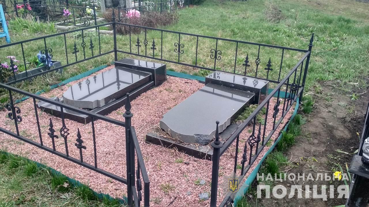 Под Киевом пьяные малолетки разгромили кладбище