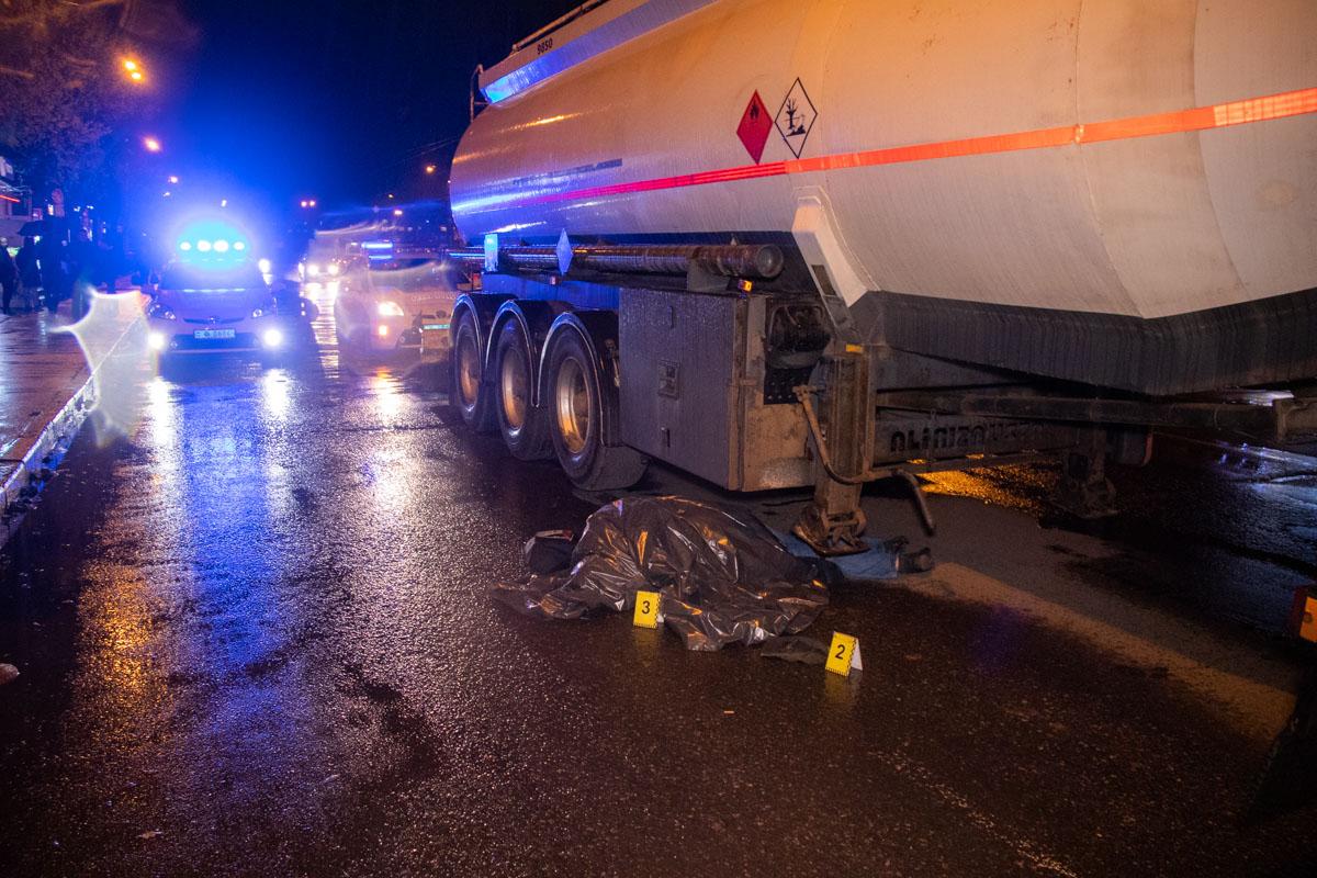 В Киеве мужчина, перебегая дорогу, погиб под колесами бензовоза