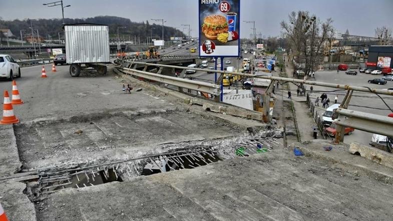 Киевских водителей просят не ехать на Южный мост из-за серьезной аварии