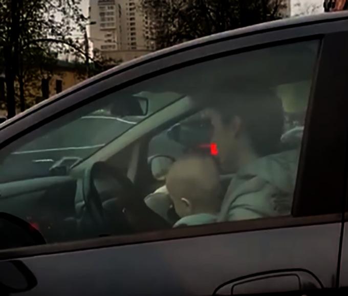 В Киеве женщина посадила грудного ребенка за руль автомобиля