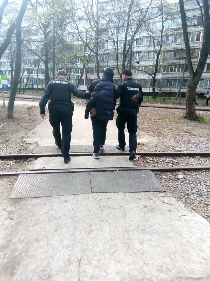 """Работники """"Муниципальной охраны"""" задержали мужчину, устроившего пьяный дебош в Сырецком парке"""