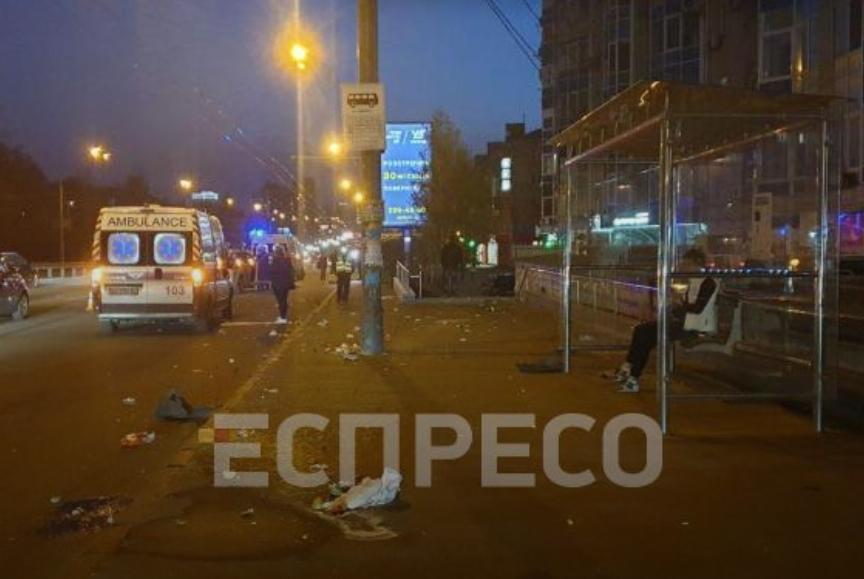На проспекте Победы водитель авто сбил двух мужчин на остановке