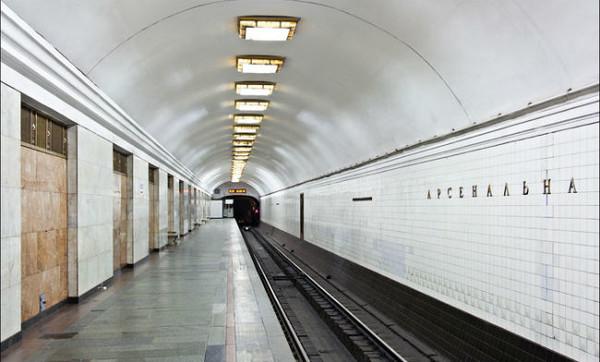 """На станции """"Арсенальная"""" женщина-пассажир упала на рельсы"""