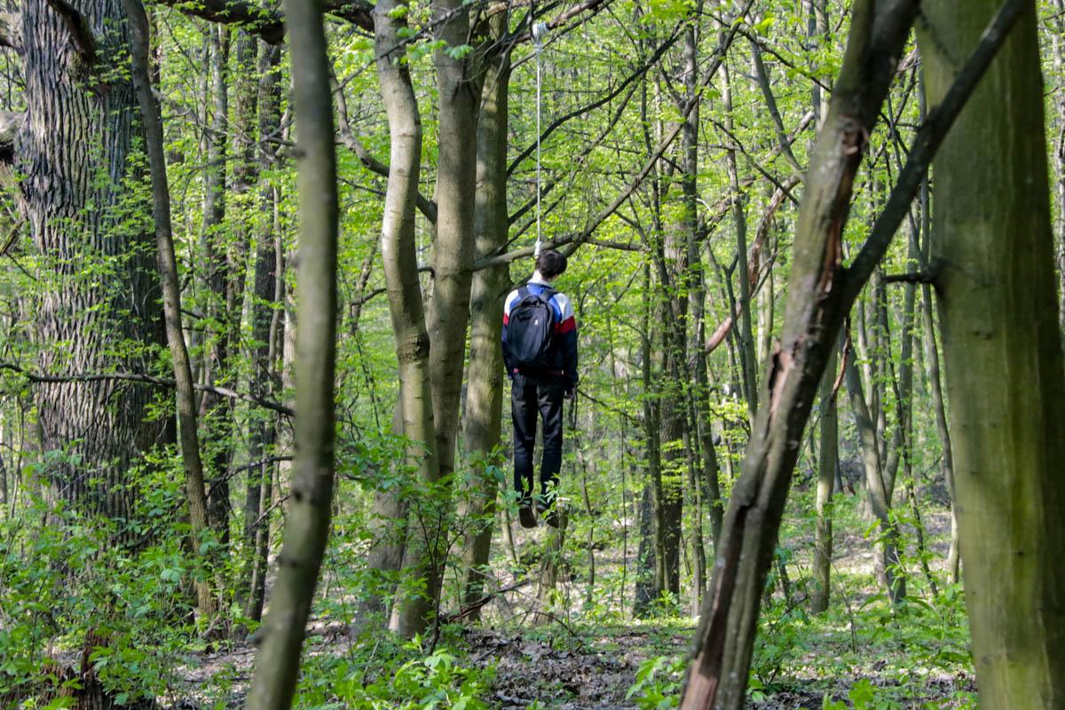 На ВДНХ в Киеве на дереве повесился парень