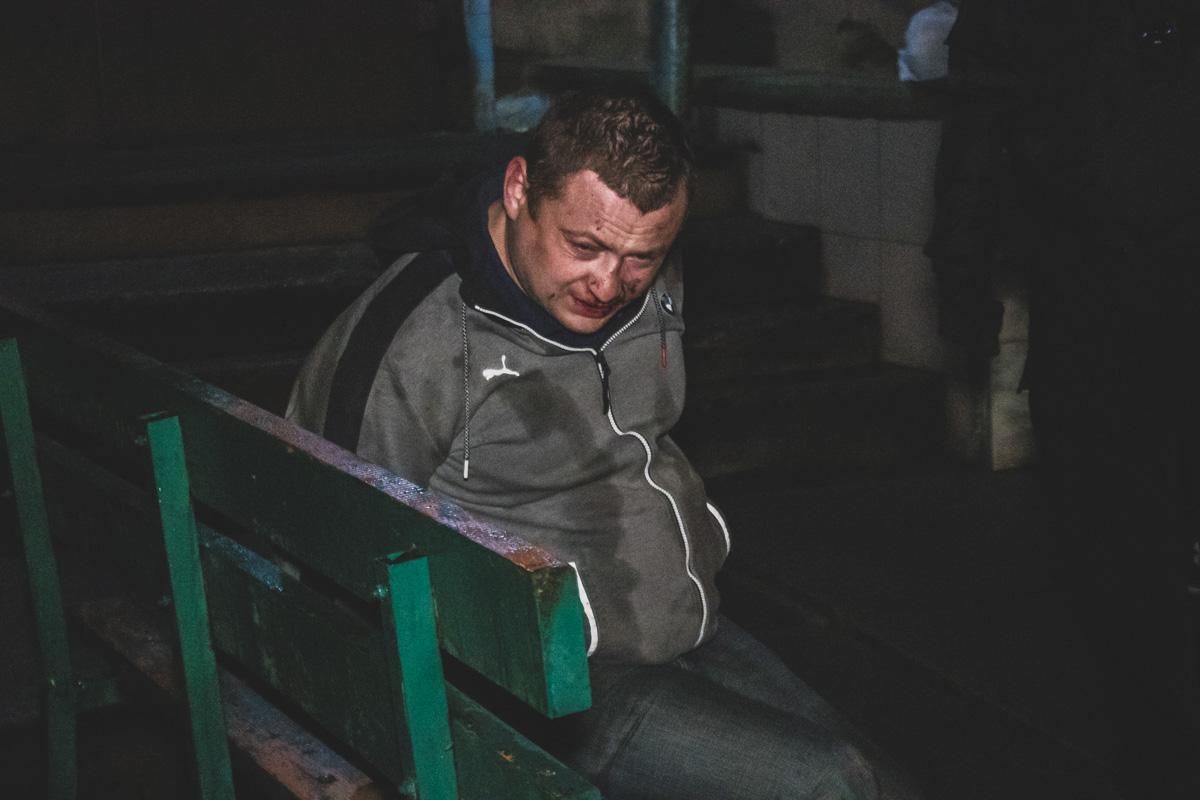 В Киеве неадекватный мужчина напал и ранил полицейского