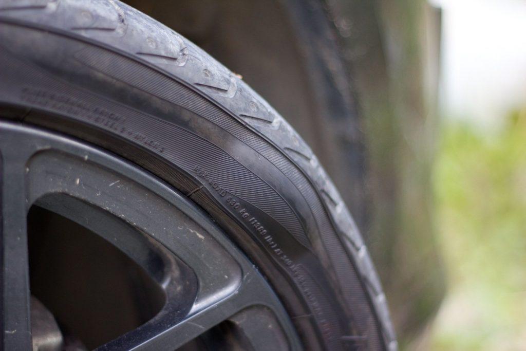 """""""Шишка"""" на автомобильной шине: почему, опасно ли и что делать?"""