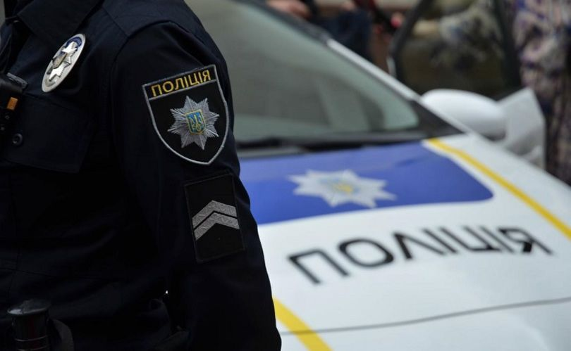 Под Киевом пьяный парень с разбитым сердцем едва не попал под колеса патрульных