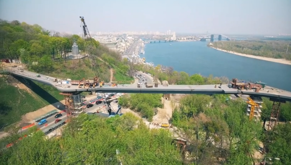 Виталий Кличко показал, как строится новый пешеходный мост в Киеве