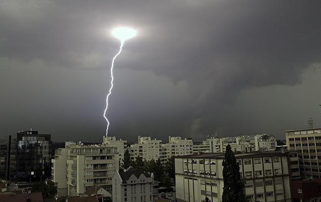 """Киевлян просят закрыть в квартирах окна - """"желтый"""" уровень погодной опасности"""
