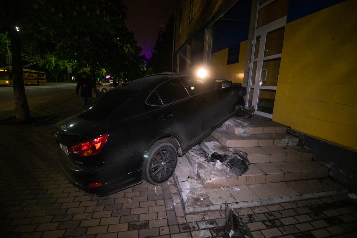 В Киеве водитель элитного авто врезался в жилую пятиэтажку