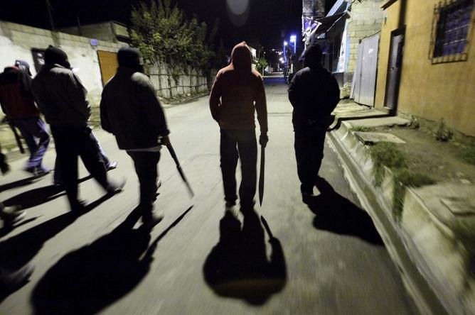 В центре Киева подростки избили мужчину и выбросили его в фонтан