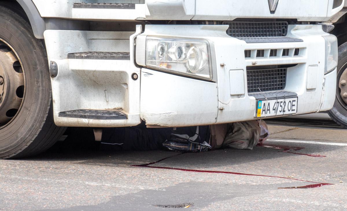 Возле ж/д вокзала в Киеве фура насмерть переехала пешехода-лихача