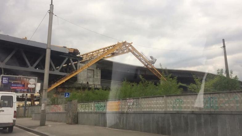 """В Киеве на мосту """"упал"""" подъемный кран, который подлежит сложному демонтажу"""