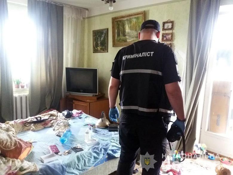 В Киеве двухлетний ребенок сидел в квартире с мертвыми родителями