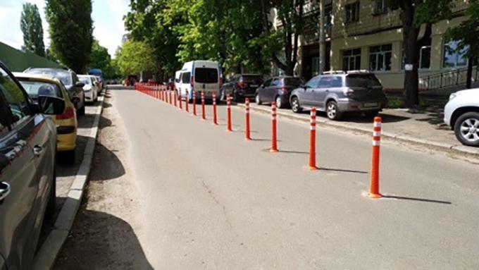 Стало известно, почему в Киеве на узких улицах устанавливают делиниаторы