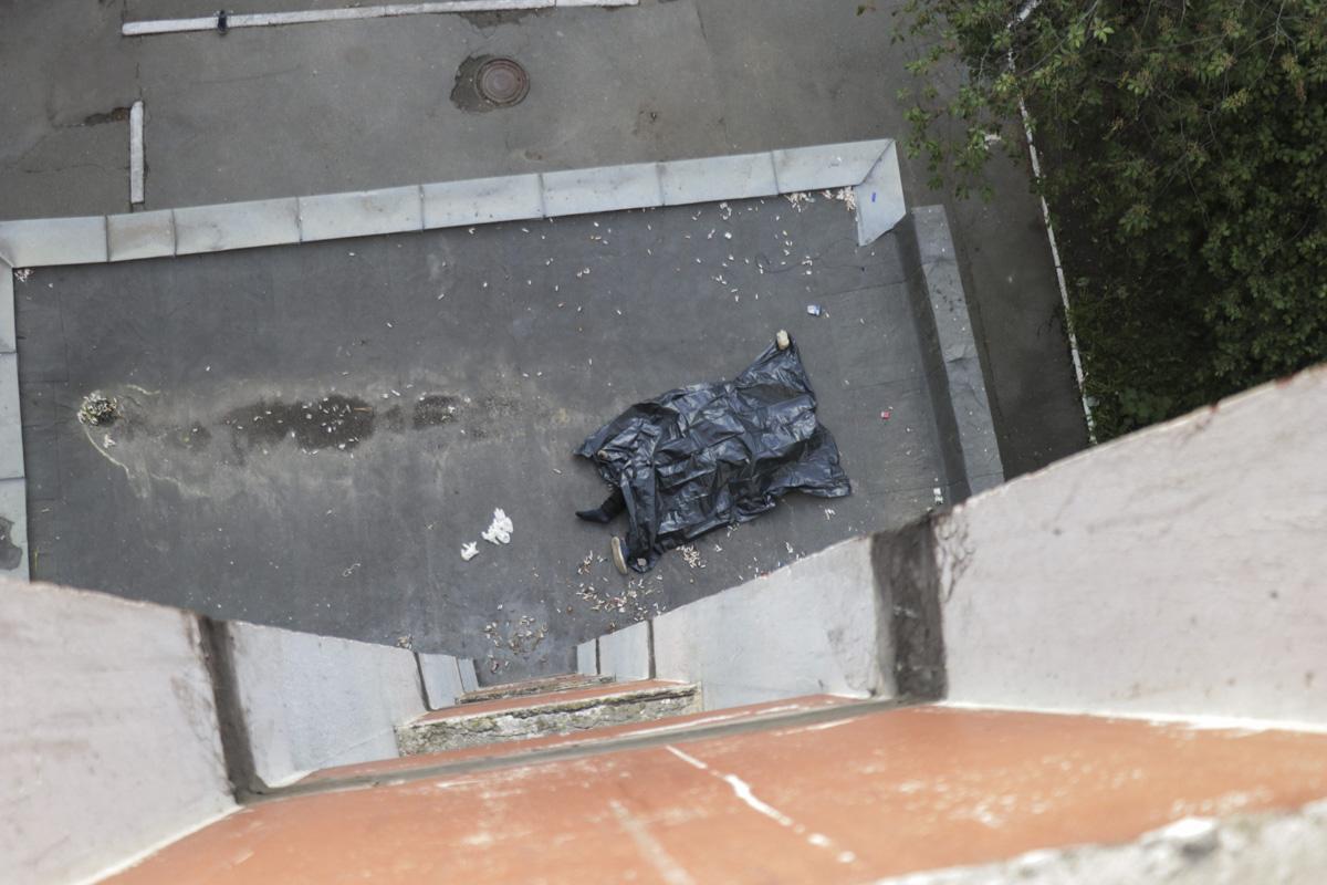 На козырьке жилого дома в Киеве нашли тело школьника