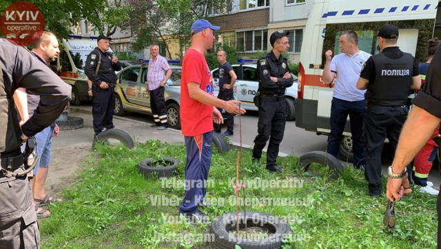 В Киеве на детской площадке пьяные люди напала на отца с ребенком