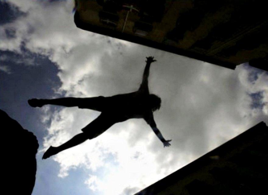 В Киеве ребенок убирал вещи на балконе и выпал через окно