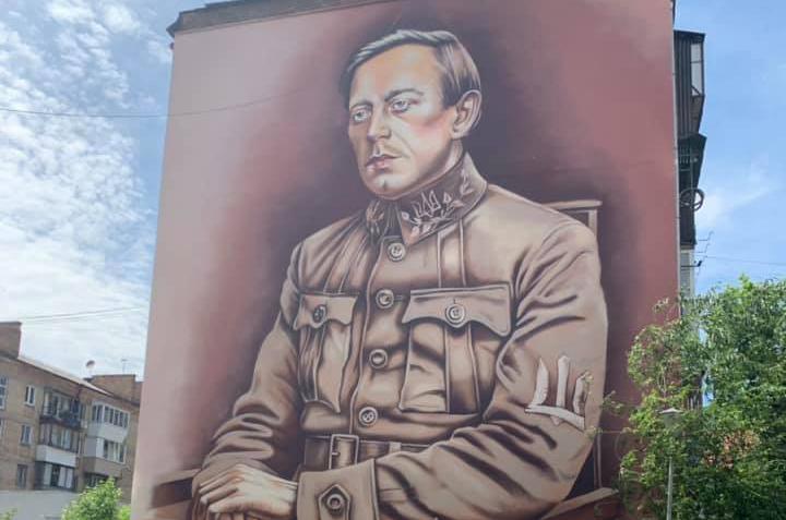 """На жилом доме в Киеве появился """"аэрозольный лик"""" Симона Петлюры"""