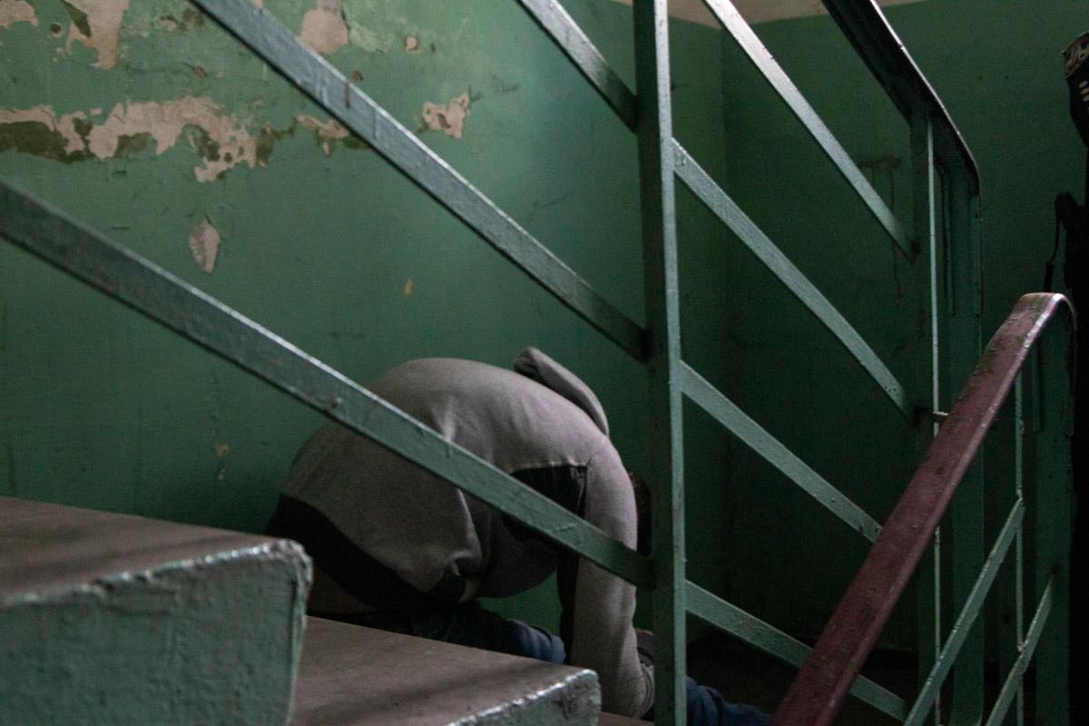 """В подъезде жилого дома в Киеве нашли """"сидячий"""" труп мужчины"""