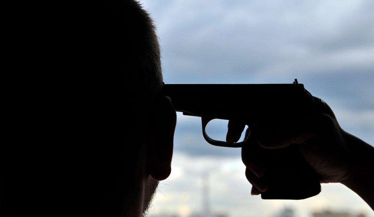 В квартире жилого дома на глазах у женщины застрелился ее больной муж