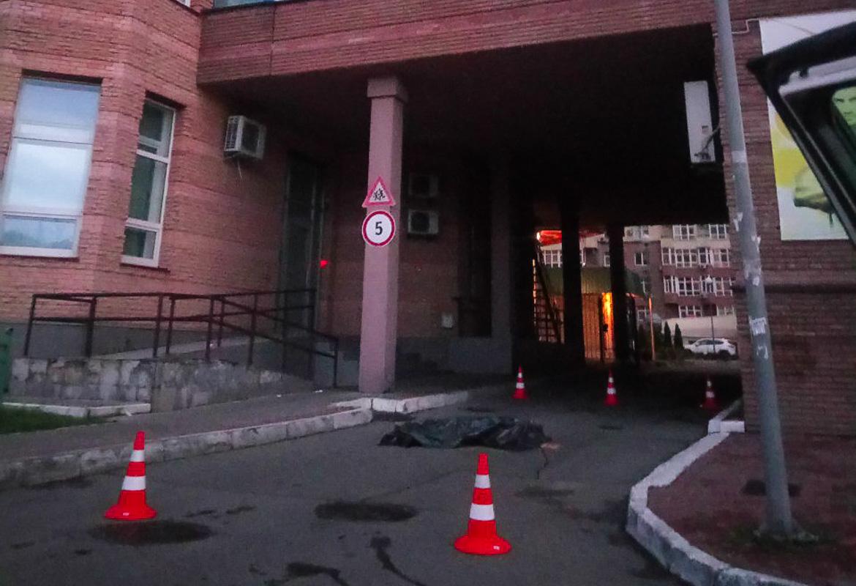 Женщина, отметив День рождения, выпрыгнула из окна столичной многоэтажки