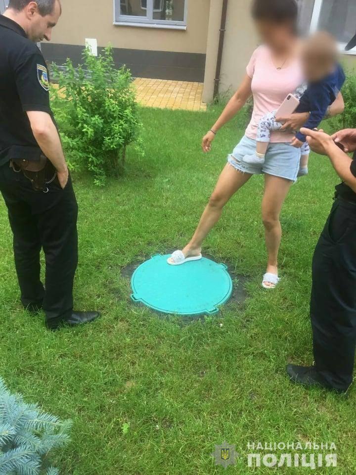 Под Киевом ребенок провалился в канализационный люк