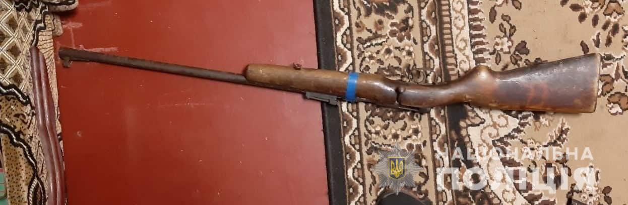 На Киевщине мужчина чистил винтовку и случайно в себя выстрелил