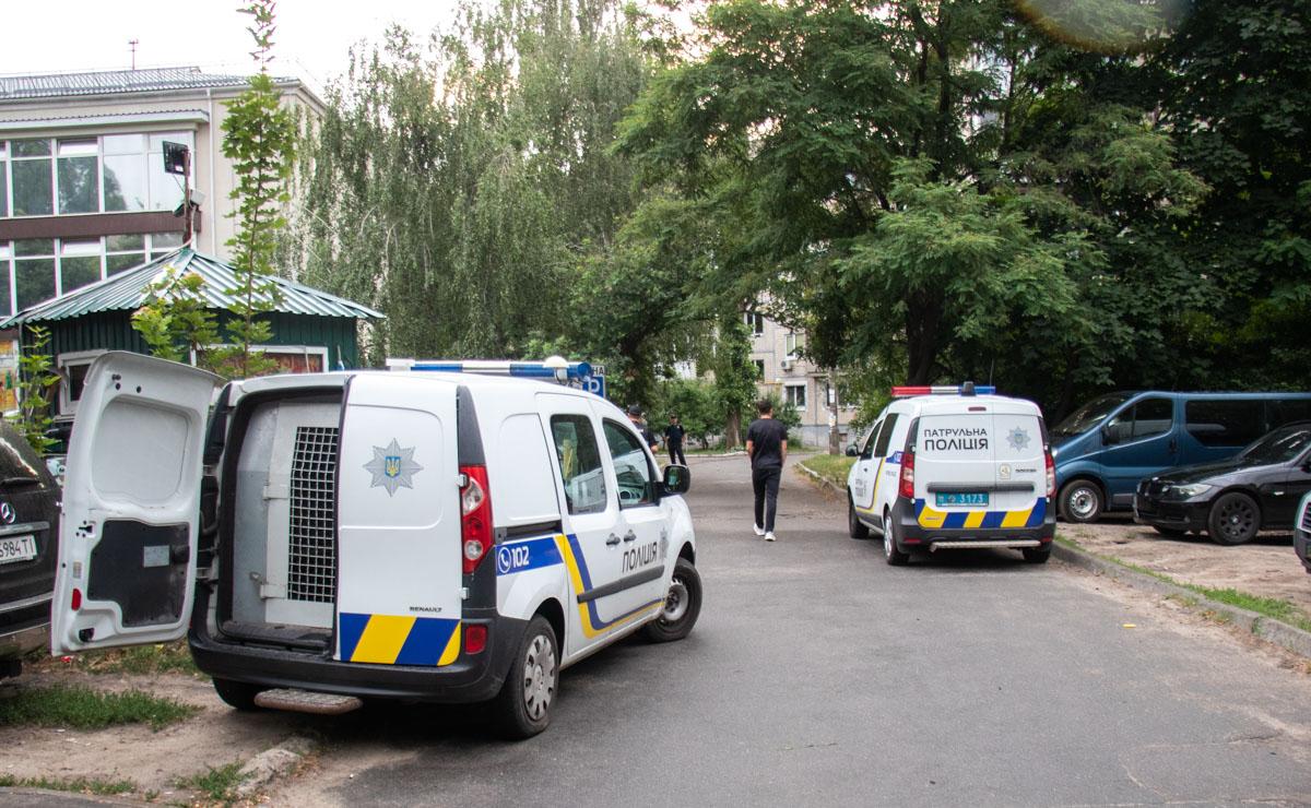Во дворе жилого дома мужчина расстрелял компанию молодых парней
