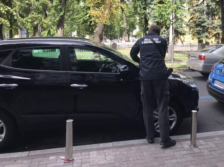 """Киевских водителей начали штрафовать за """"бесплатную"""" парковку"""