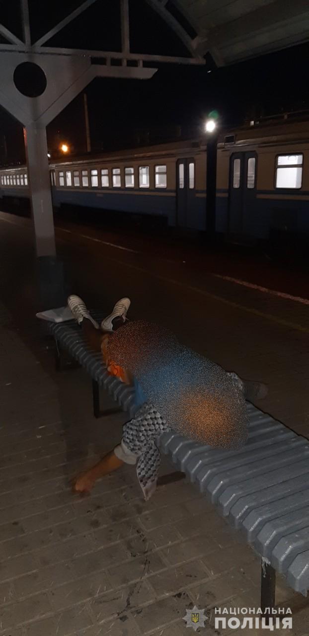 Под Киевом на станции электрички подрались бездомные. Один погиб