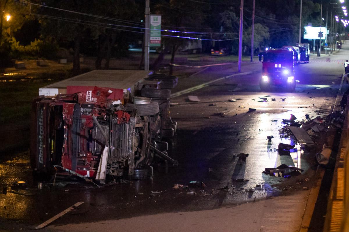 В Киеве грузовик свалился с моста
