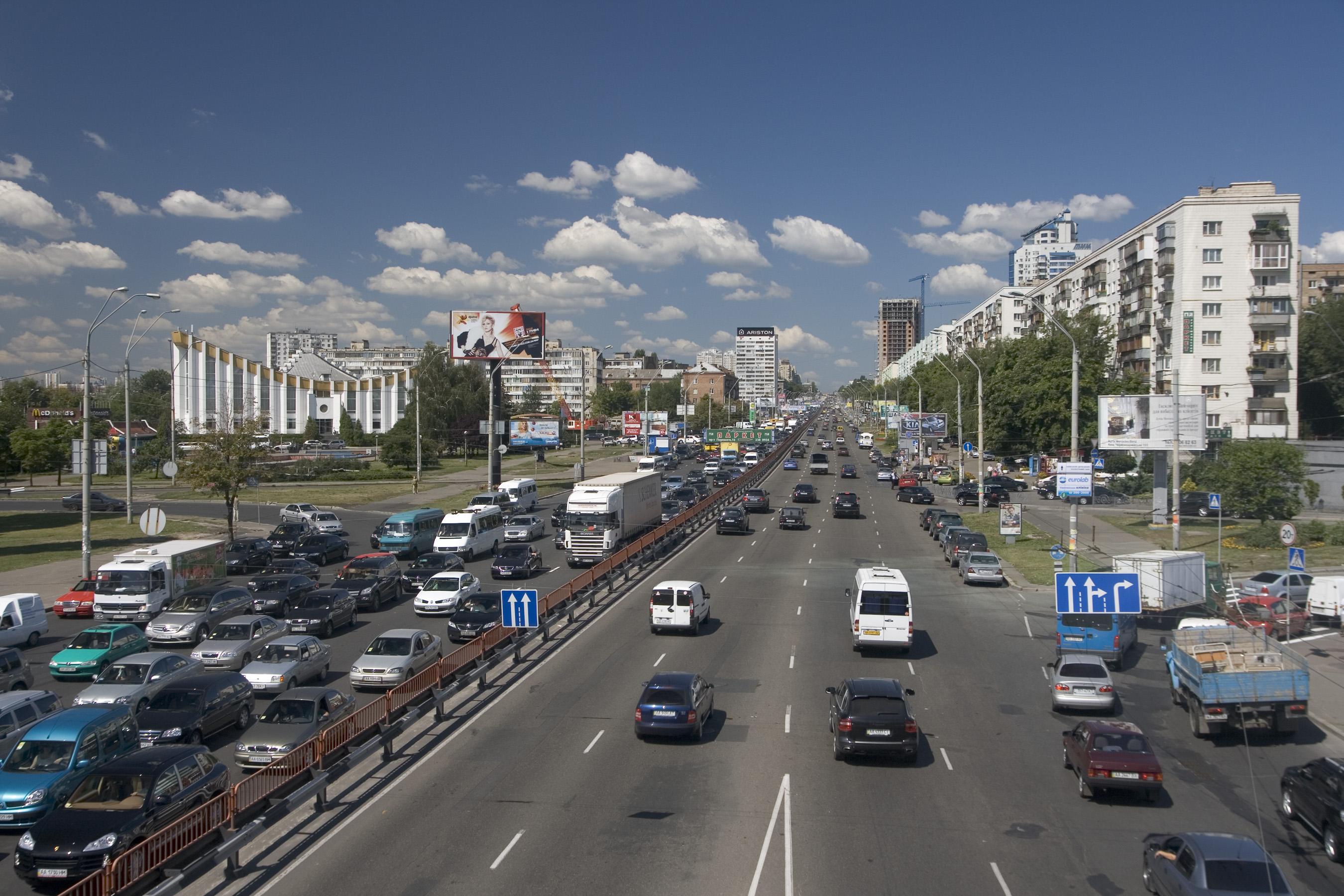 На проспекте Победы бесстрашный пешеход пересек 6 полос проезжей части